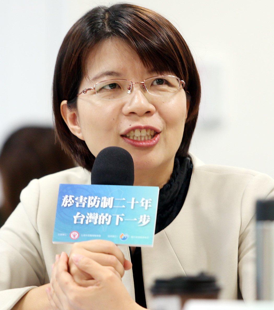 立委黃秀芳出席「菸害防制20年,台灣的下一步?」專家會議,她指出,電子煙外型很炫...