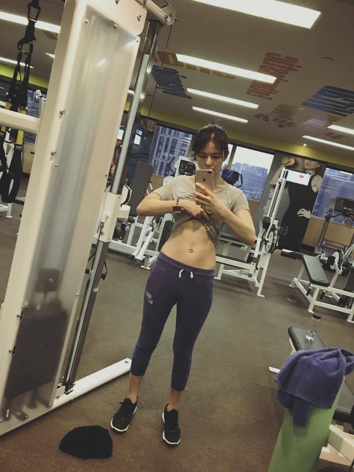 劉香慈曬運動健身自拍照,露出纖細蠻腰性感。圖/摘自劉香慈臉書