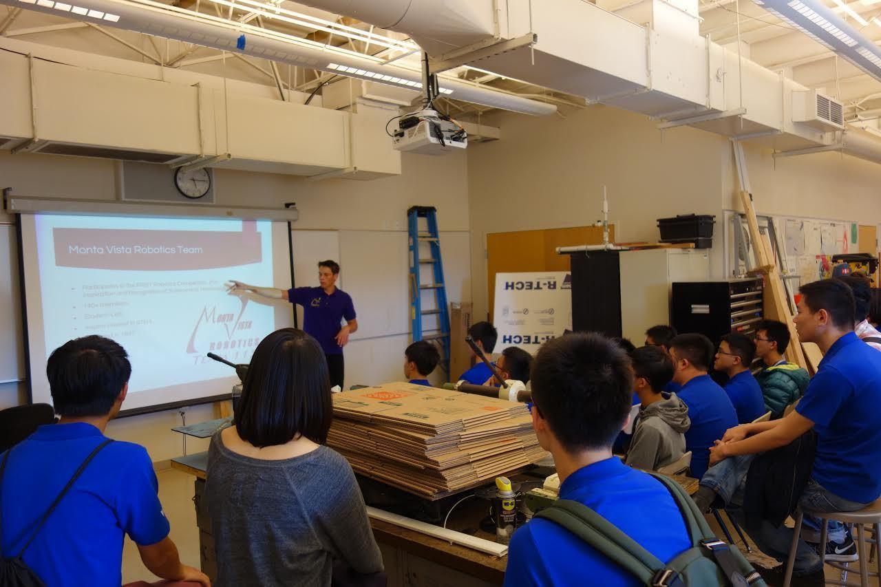 美國矽谷Monta Vista高中機器人社團成員介紹該社團運作。 圖/美國世界日...