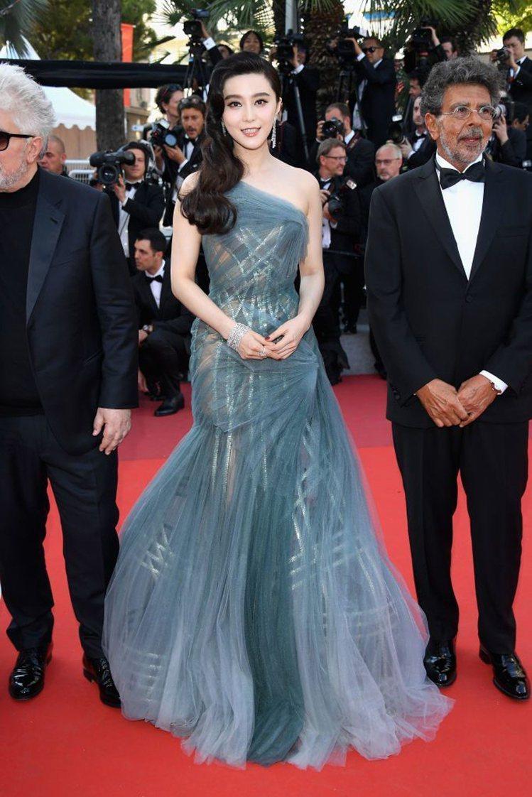 擔任坎城影展評審的范冰冰,穿著Atelier Versace 2017春夏高級訂...