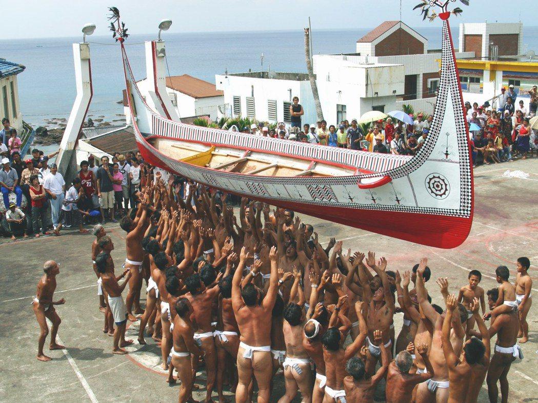 蘭嶼雅美人拼板舟文化傳承數千年,一名非雅美族人申請拼板舟專利引發爭議。 本報資料...