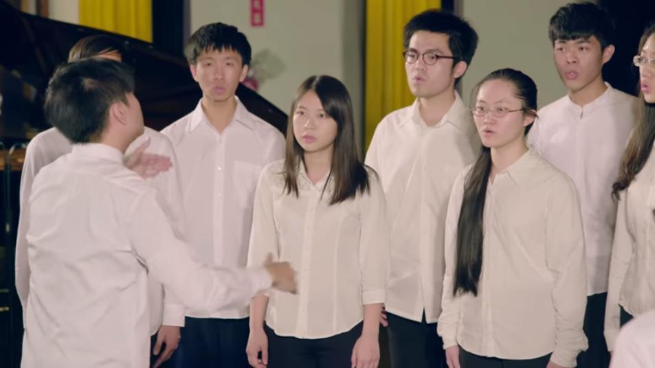 政大學生於九十周年校慶合唱。 圖/截自政大九十周年校慶影片