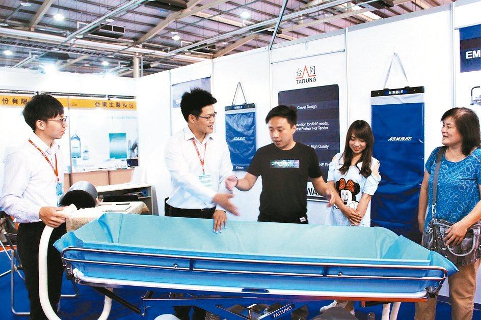 台同公司推出的沐浴床,特別設計的第五輪導向輪,操作快速方便又輕巧。 戴辰/攝影