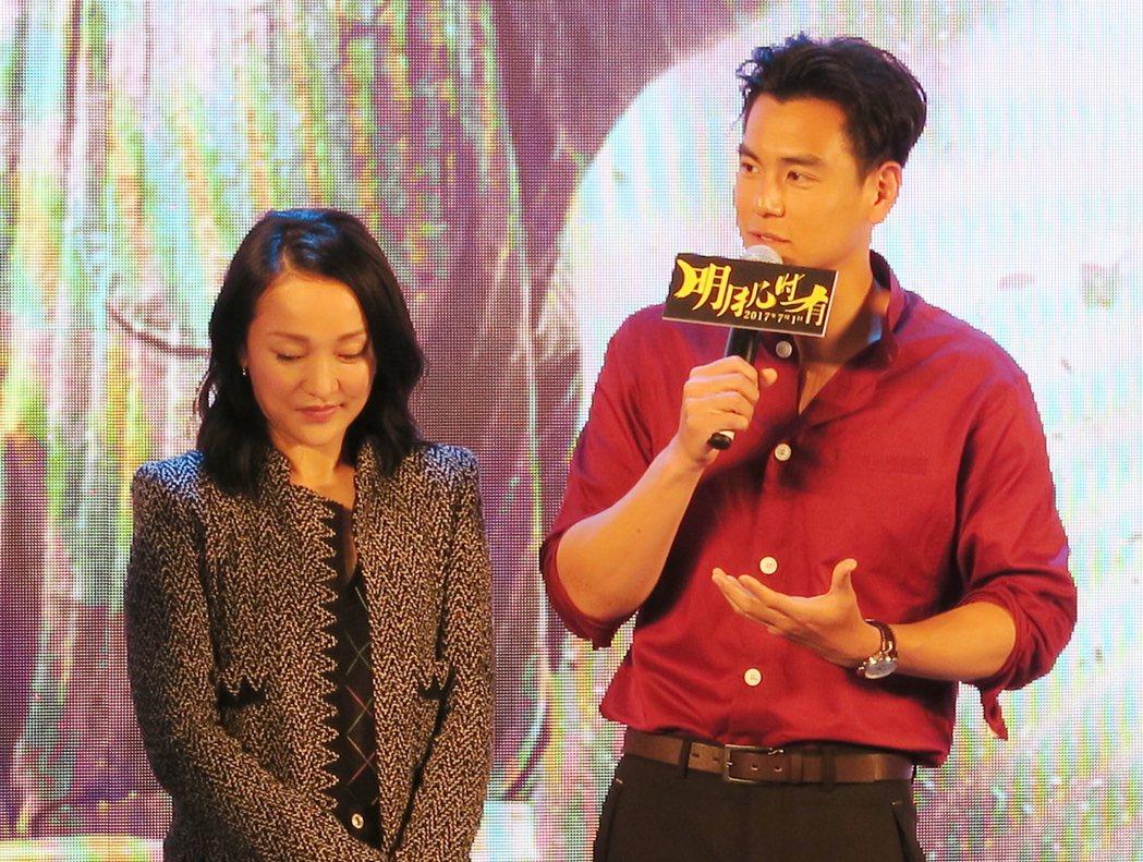 影星周迅(左)、彭于晏(右)31日出席電影「明月幾時有」記者會。彭于晏自承是周迅