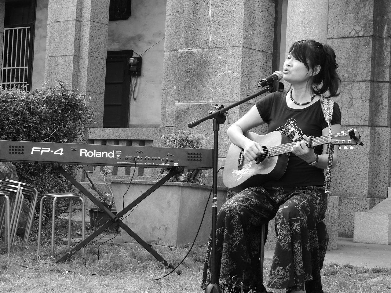 2017年5月7月,客家歌手羅思容在「默園」演唱〈自由花〉。