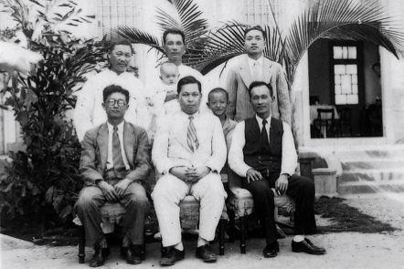 1936年,賴和與朋友在彰化陳虛谷住宅合影。前排右一莊垂勝,左一葉榮鐘。後排左一...