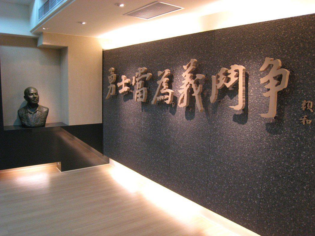 賴和紀念館內部,入口牆上高掛賴和的名句「勇士當為義鬥爭」。