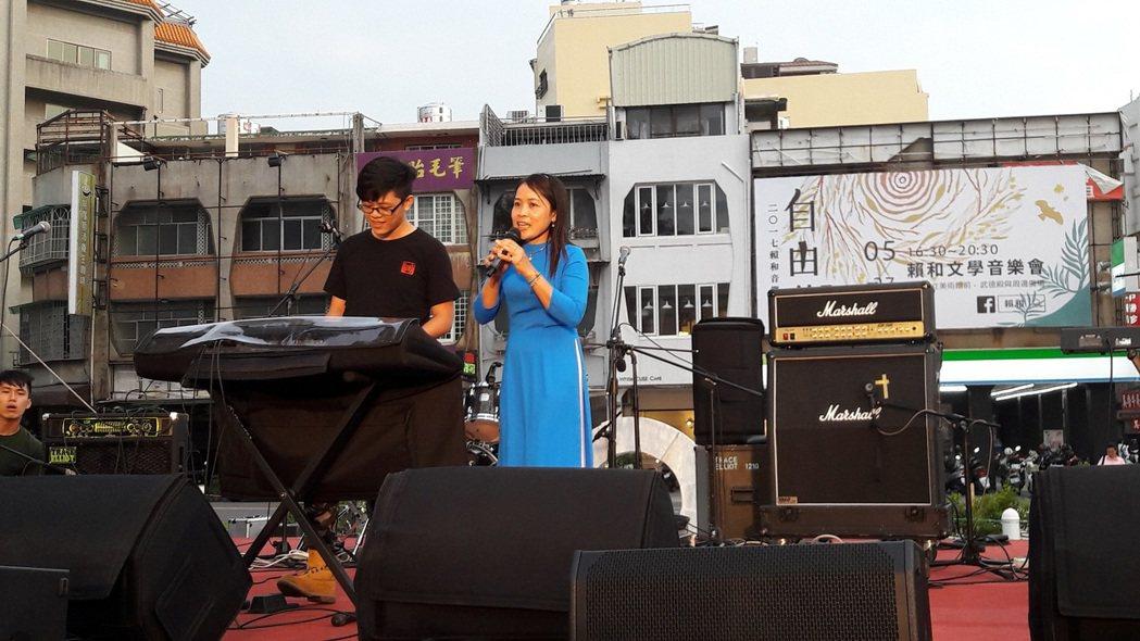 歌手張睿銓介紹越南籍新住民媽媽,在台上教唱越南歌謠。