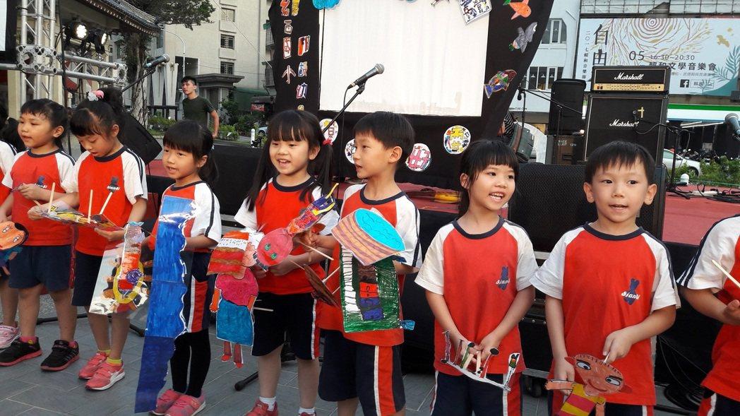 彰化線西國小幼稚園小朋友以自製皮影戲演出「我們地方的故事」,將現場氣氛帶到最高潮...