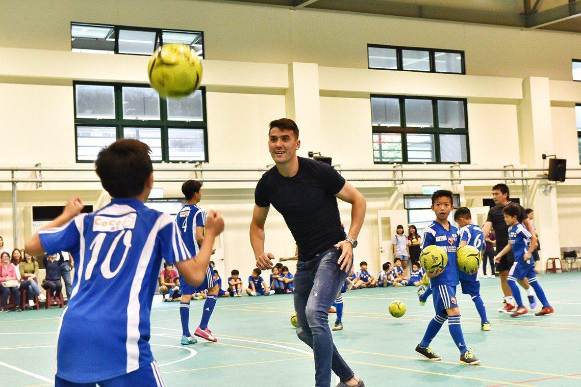 在台灣足球絕望的最谷底中,「神兵從天而降」的奇蹟故事序章,卻在此時出現。 圖/作...