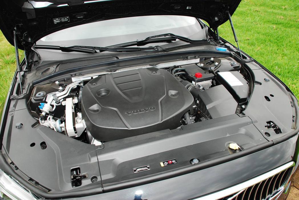 2.0升直列四缸渦輪增壓柴油引擎,可輸出190hp/40.8kgm,0-100km/hr加速為8.2秒,極速可達到230km/hr。記者林昱丞/攝影
