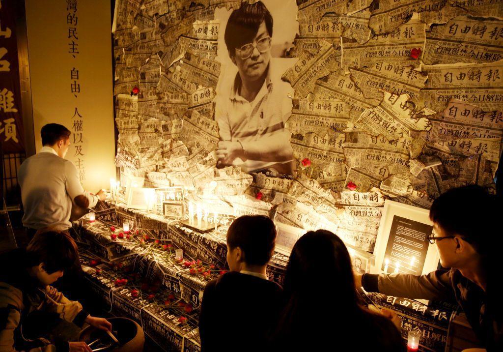 1989年,鄭南榕因在《自由時代》刊登台灣新憲法草案遭判亂罪起訴,其為表達「百分之百的言論自由」拒絕拘捕,於雜誌社自囚71天。 圖/聯合報系資料照