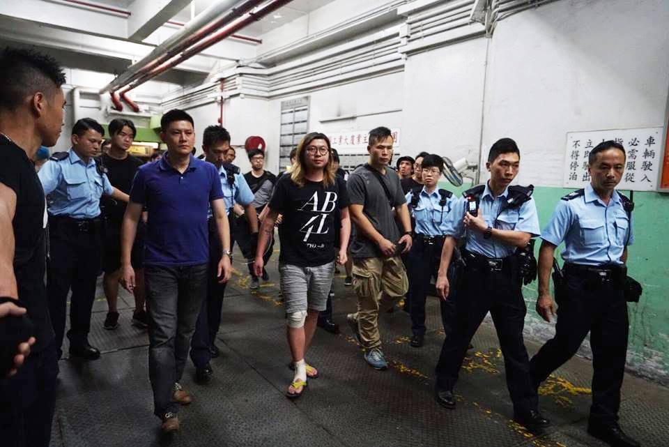 香港命運多舛的Hidden Agenda,因為外國樂團工作證問題,爆發由警方假扮...