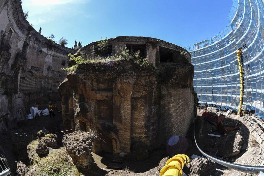 修復中的奧古斯都陵墓:第一階段的修復工程為了保護建築主結構,先是除去攀附在上的雜...