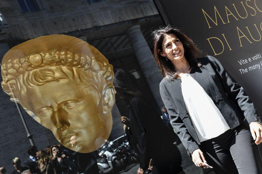 千呼萬喚之下,奧古斯都陵墓的修繕工程中獲得企業的「認養」。圖為現任羅馬市長拉吉出...