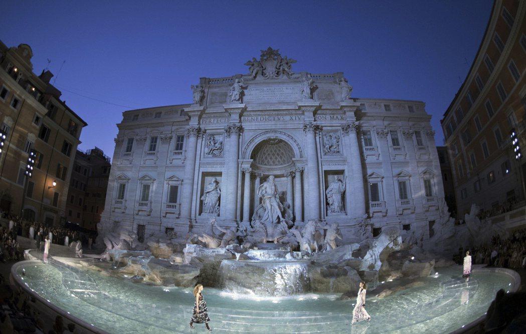 特雷維噴泉的時尚走秀:自從2013年開始,意大利尚品牌Fendi即是即是特雷維噴...