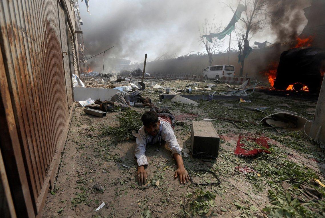 爆炸現場的一名阿富汗傷者,這起炸彈事件或是喀布爾所遭遇的「最糟恐攻」。 圖/路透...