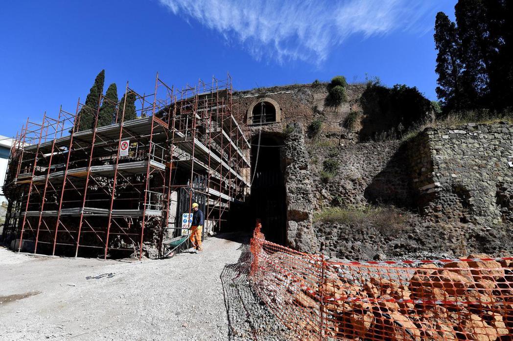 奧古斯都陵墓所在之處並不偏遠,但比起羅馬城內的其他古蹟,長期以來處於相當不起眼的...