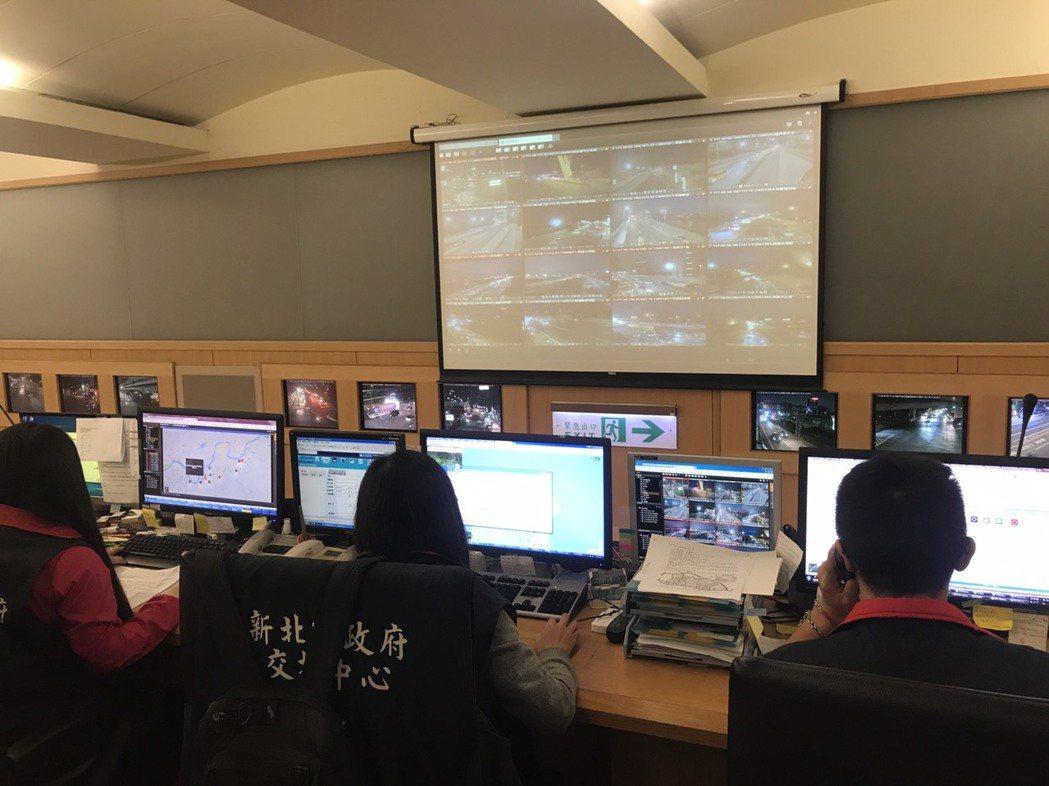 新北市交通局運用電子計程系統(eTag)、車輛偵測系統(VD)及行動數據,採取交...