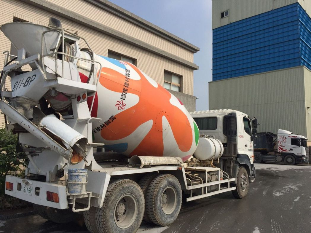 國產建材實業的預拌混凝土車,設置前後左右4個即時監視攝影,限定90分鐘內送達工地...