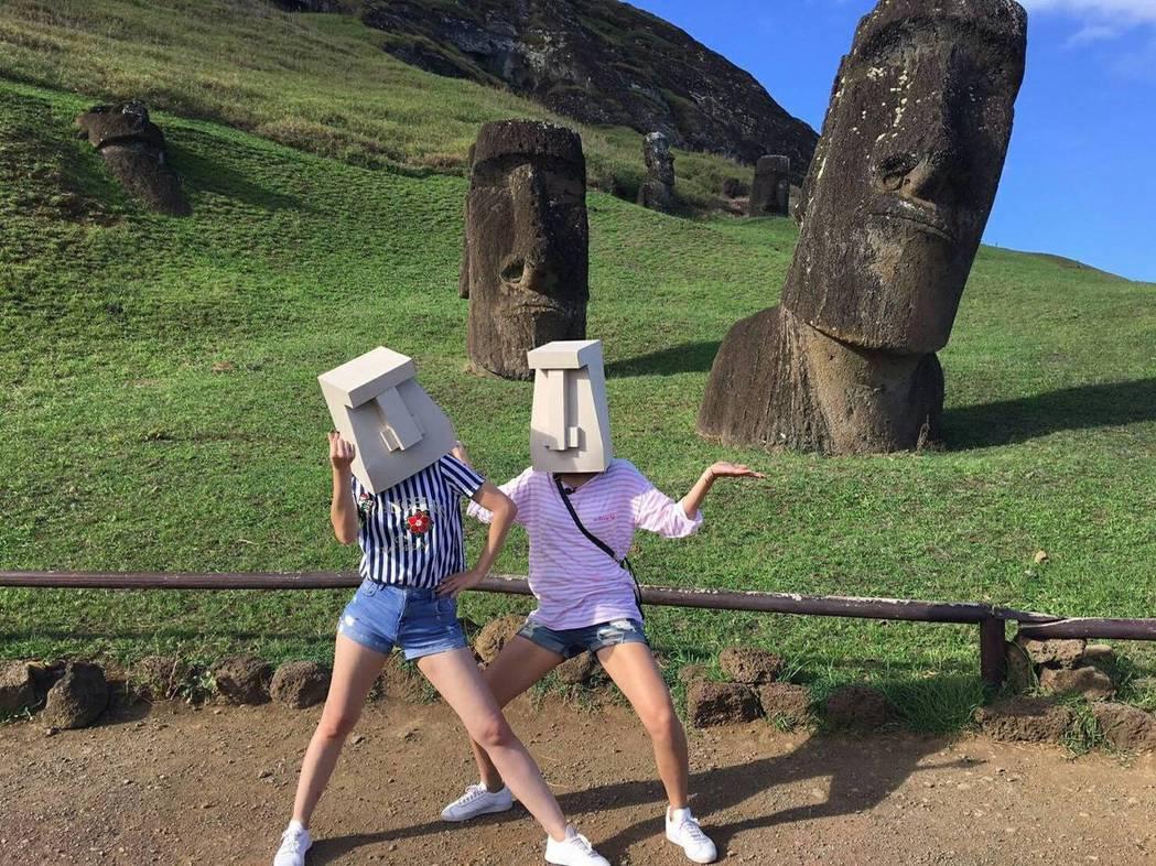 雙姝入境隨俗,戴上石頭人像帽耍寶。圖/TVBS提供