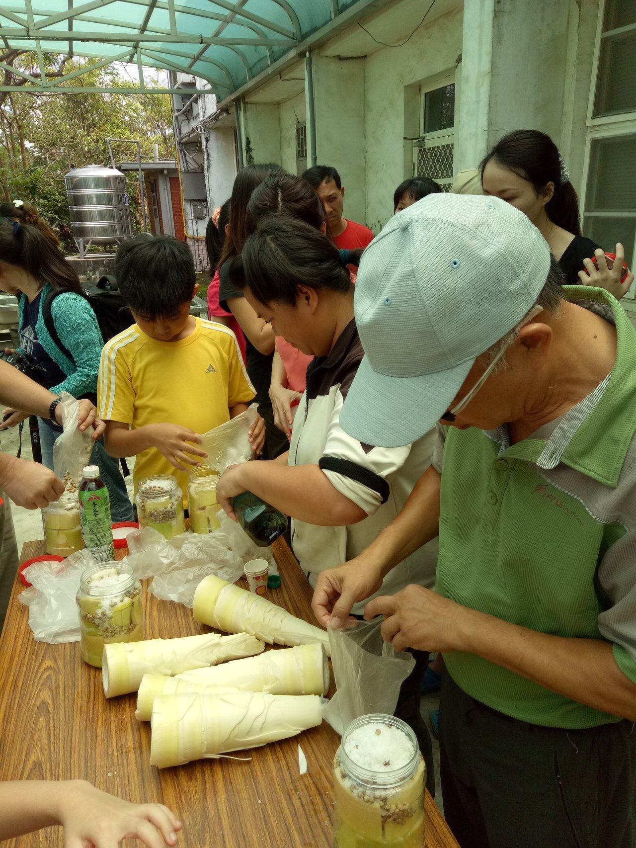 台南新化礁坑社區推出農村小遊行,安排竹筍等DIY課程。圖/礁坑社區提供