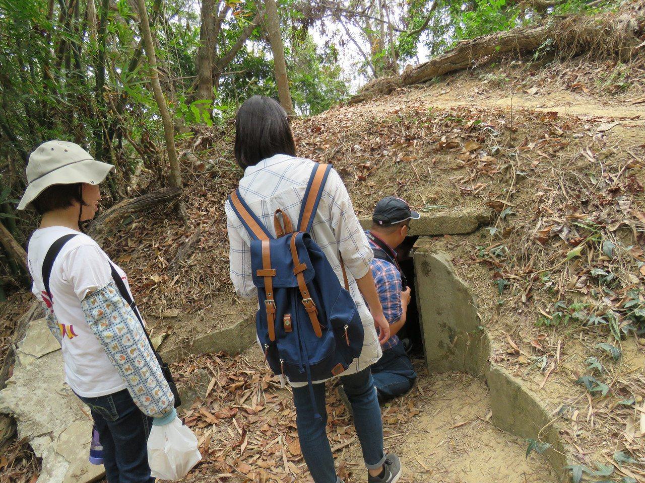 台南新化礁坑社區推出農村小遊行,走訪神祕「越共村」,假墳墓搬開墓碑竟是通道。圖/...