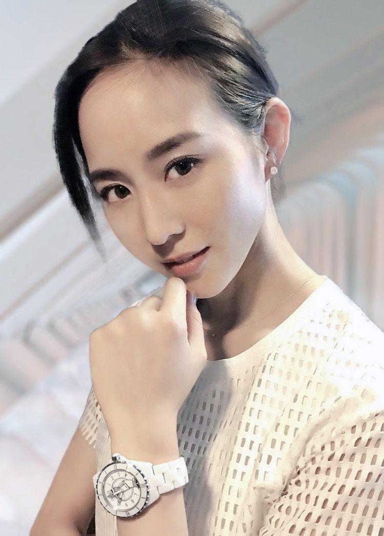 張鈞甯以白色上衣搭配同色的香奈兒Mademoiselle J12表,展現好氣質。...