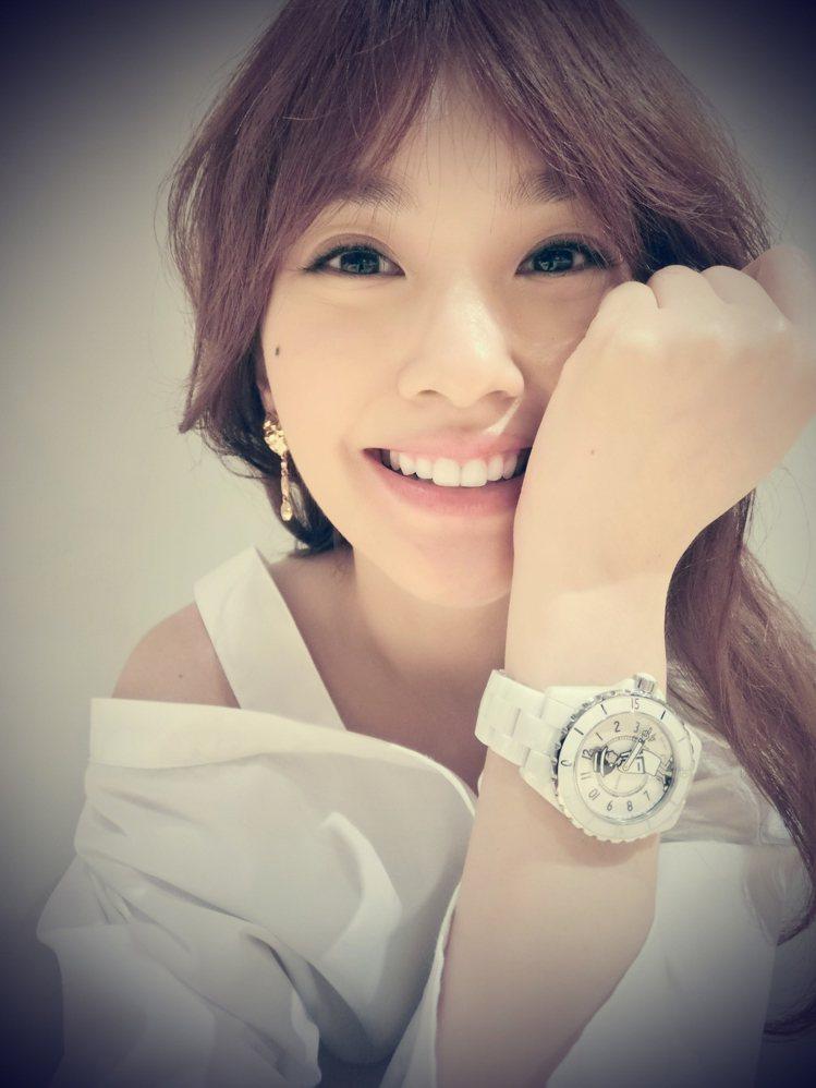 楊丞琳表示白色Mademoiselle J12的她的夢幻表款。圖/摘自楊丞琳fa...