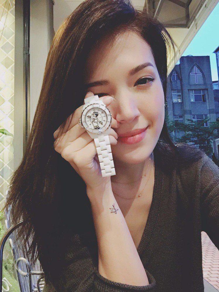 新款香奈兒Mademoiselle J12腕表,讓許瑋甯愛不釋手。圖/摘自許瑋甯...