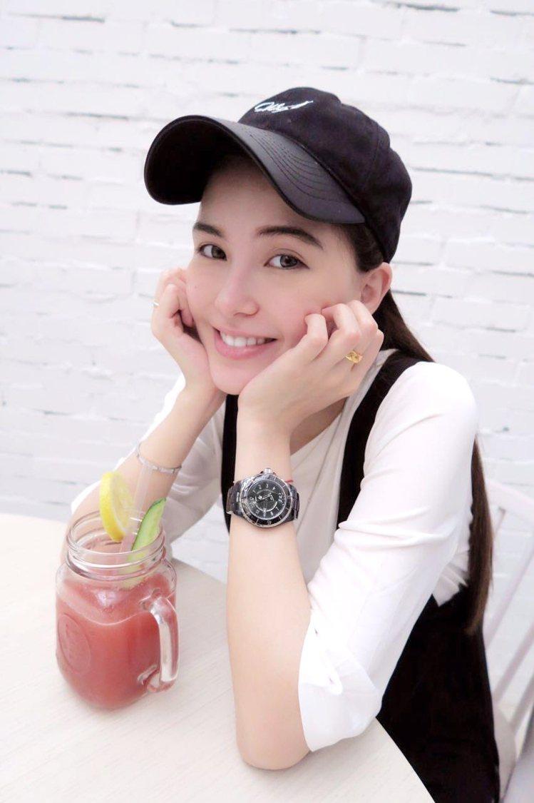 昆凌佩戴全新香奈兒Mademoiselle J12腕表,被粉絲稱讚為「最美孕婦」...