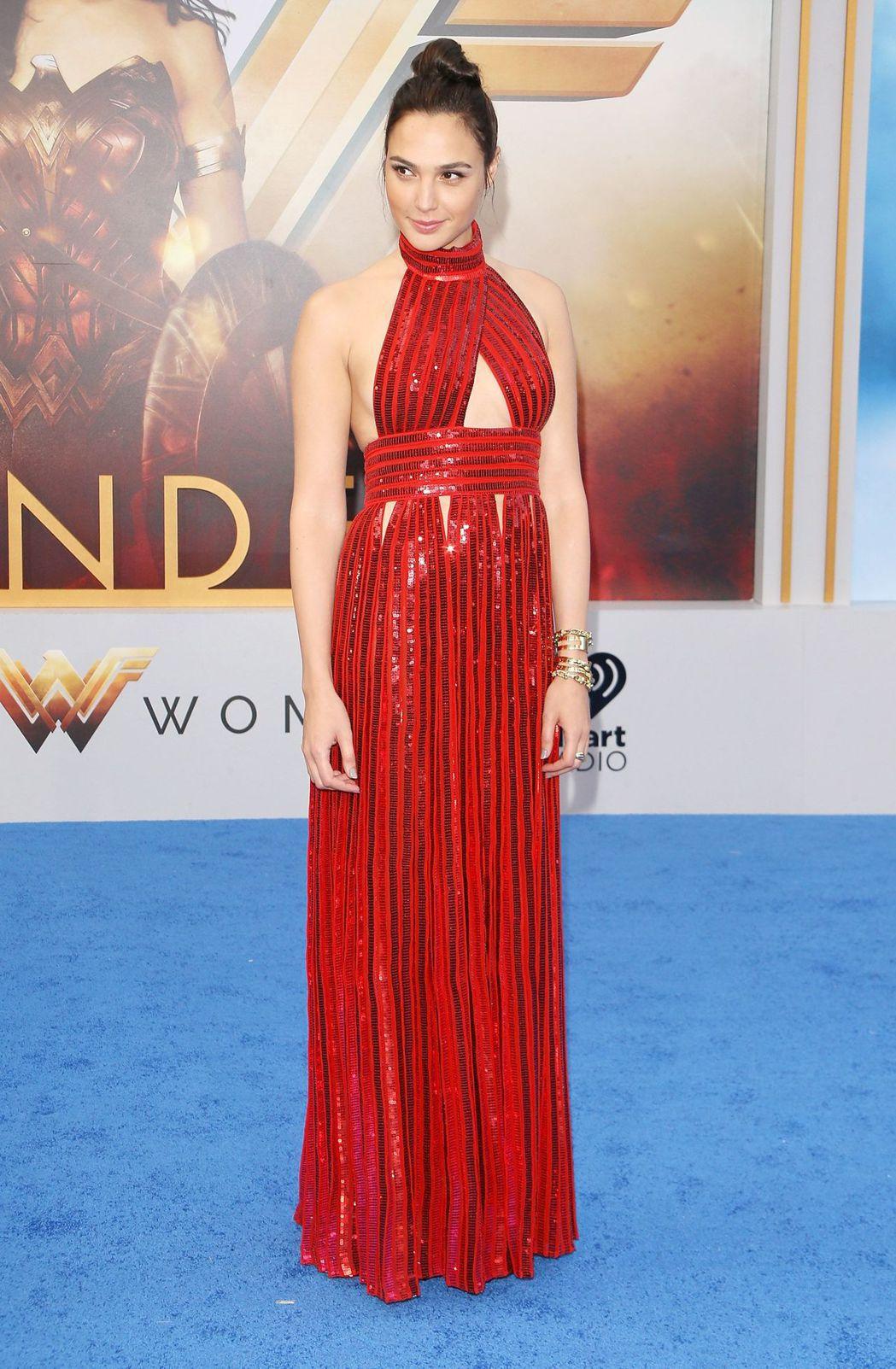 蓋兒加朵身穿GIVENCHY 2017秋冬大紅色亮片裙裝,華麗大器。圖/GIVE...