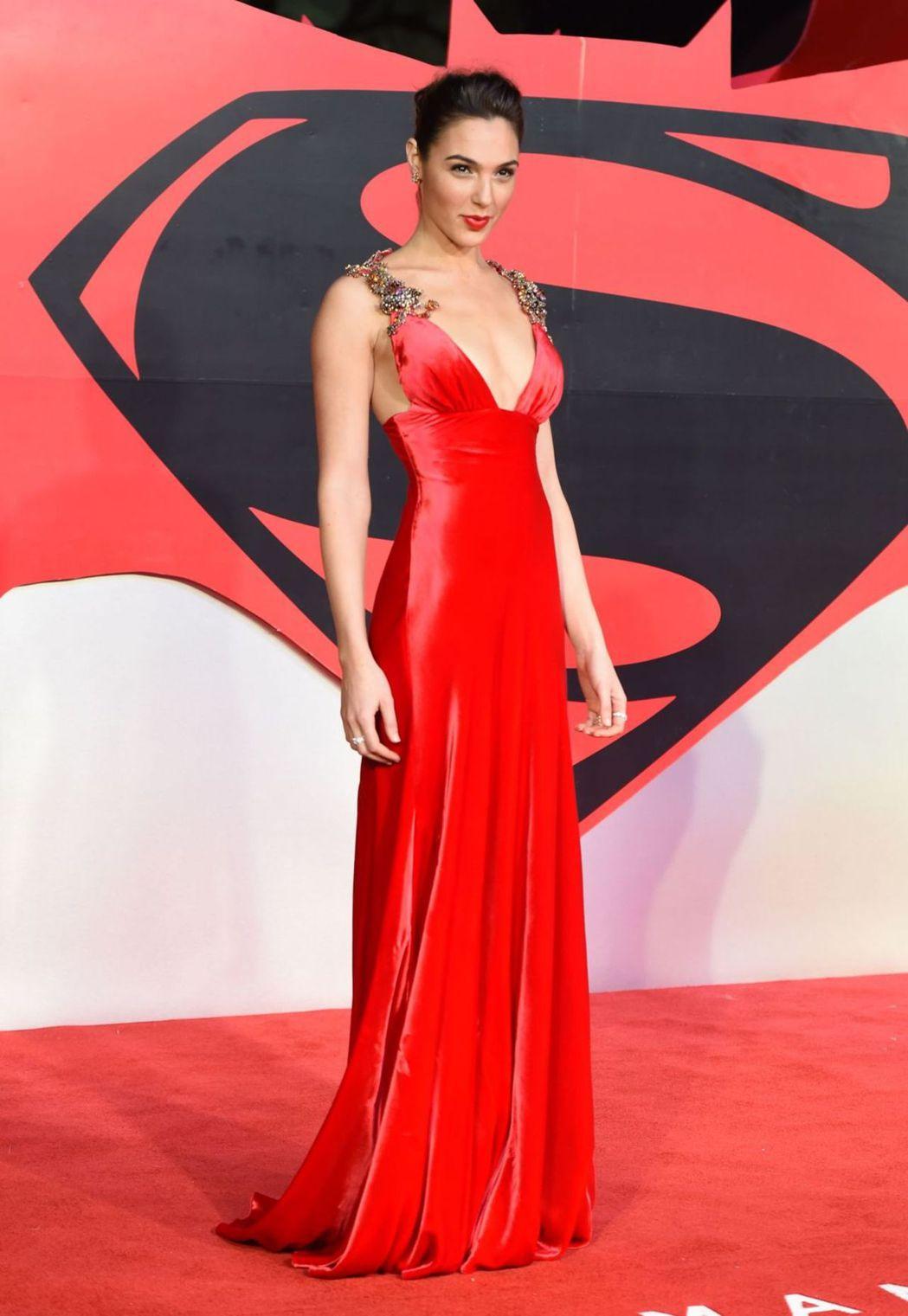 擅長詮釋紅色的蓋兒加朵將Dolce & Gabbana穿得相當性感漂亮。圖/取自...