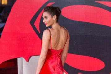 蓋兒加朵(Gal Gadot)隨著電影「神力女超人(Wonder Woman)」上映而爆紅,她近期參加電影首映都穿得性感惹火,展現當紅的氣場,艷麗兼具知性,是近期討論度最高的女星。蓋兒加朵曾代表以色...