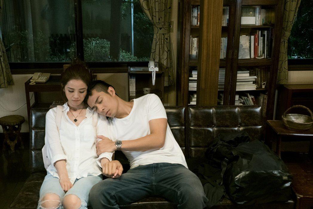 蔡卓妍與周柏豪在「原諒他77次」扮演一對情侶。圖/華映提供