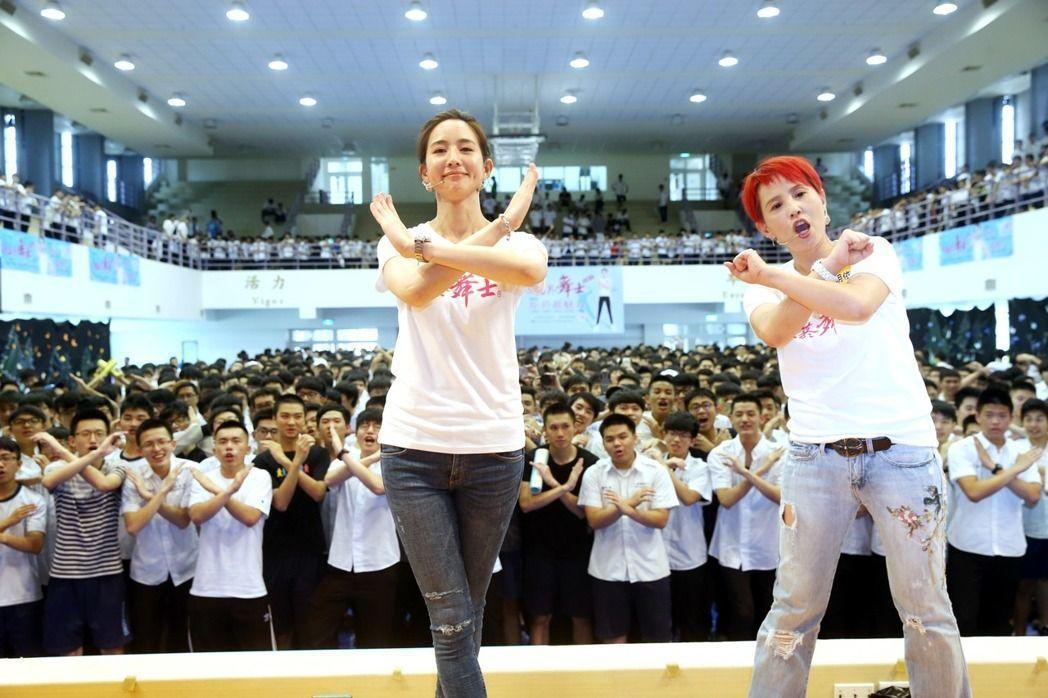 張鈞甯(左)和李明依(右)帶1800位成功高中學生高呼「拒菸最魅力」。記者邱德祥...