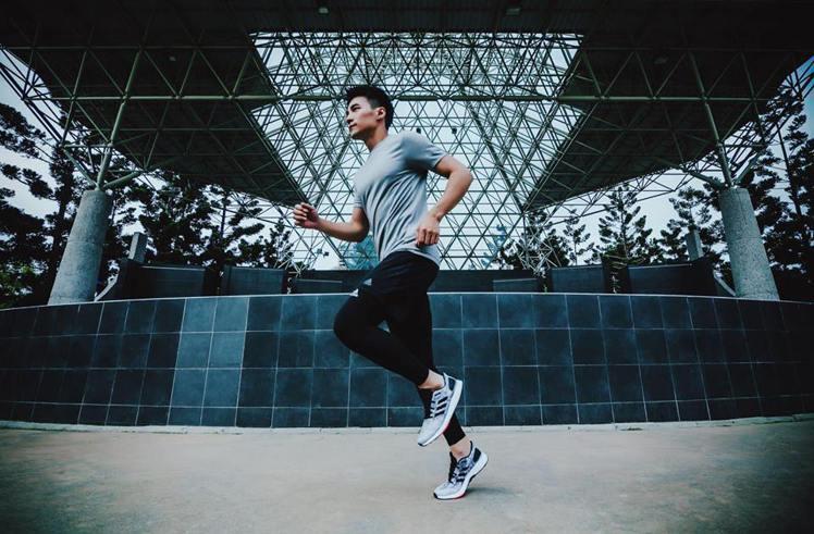 是元介穿adidas PureBOOST DPR跑鞋。圖/摘自是元介臉書
