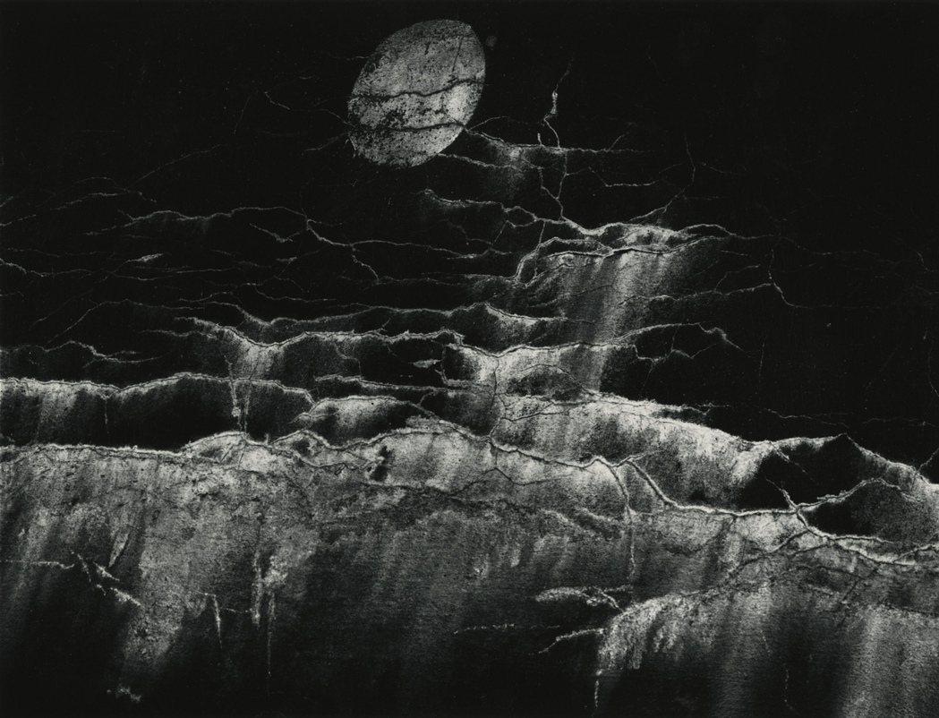 麥諾.懷特1964於紐約拍攝的月光與牆罅攝影作品。圖/LOEWE提供