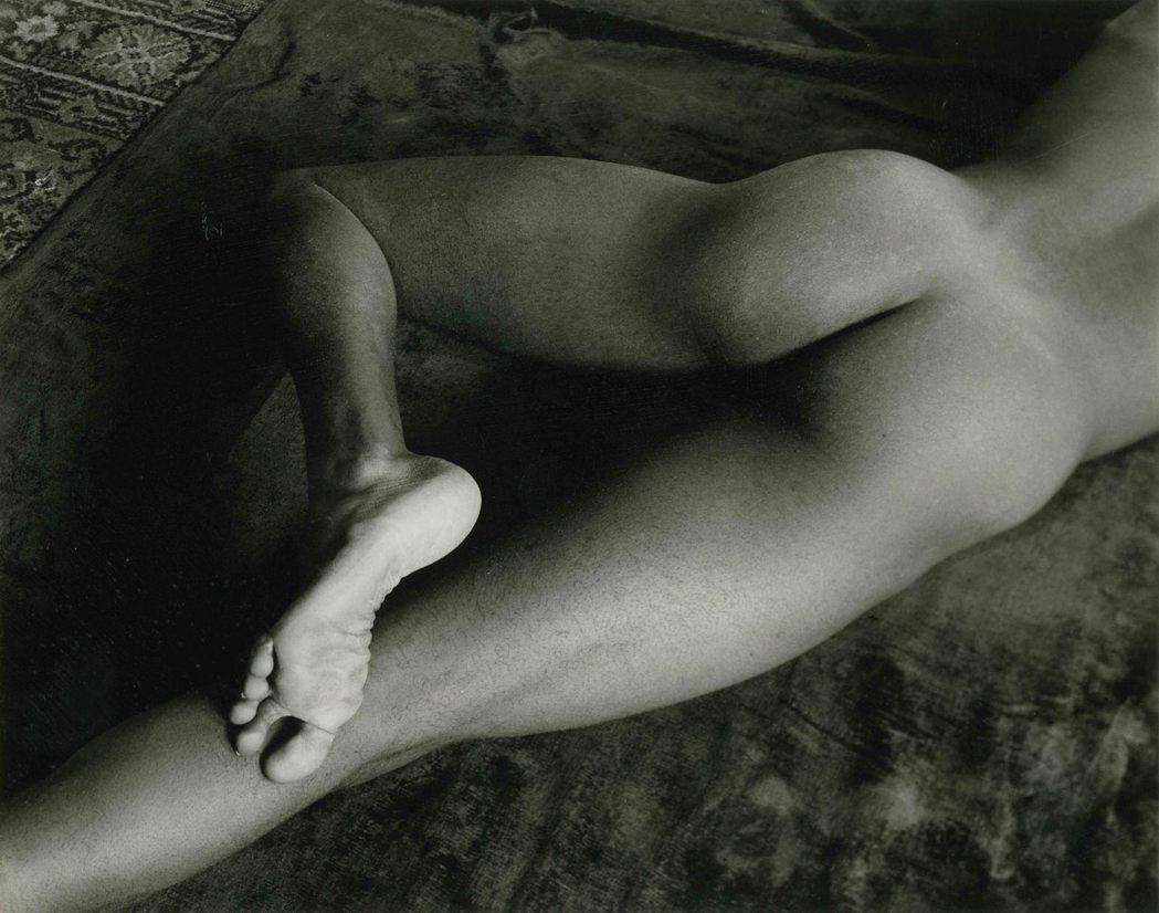 麥諾.懷特在舊金山的攝影作品「裸足」,攝於1947年。圖/LOEWE提供