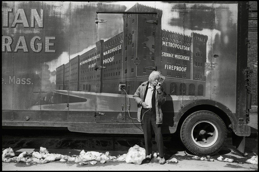 攝影師麥諾.懷特本人就像他的作品般,風格極為強烈。圖/LOEWE提供