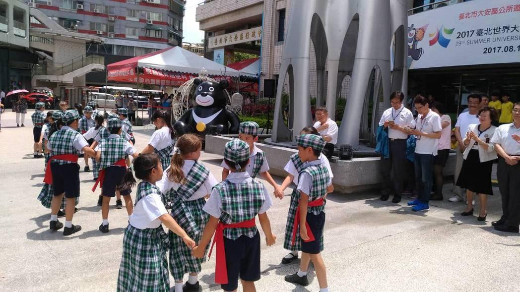 歐洲學校小朋友到大安區公所,穿著傳統服裝演出蘇格蘭舞蹈,展現歐洲民族熱情,支持世...
