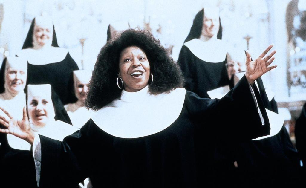 琥碧戈柏的爆炸頭加修女袍成為常被台灣綜藝節目模仿的經典造型。圖/摘自imdb