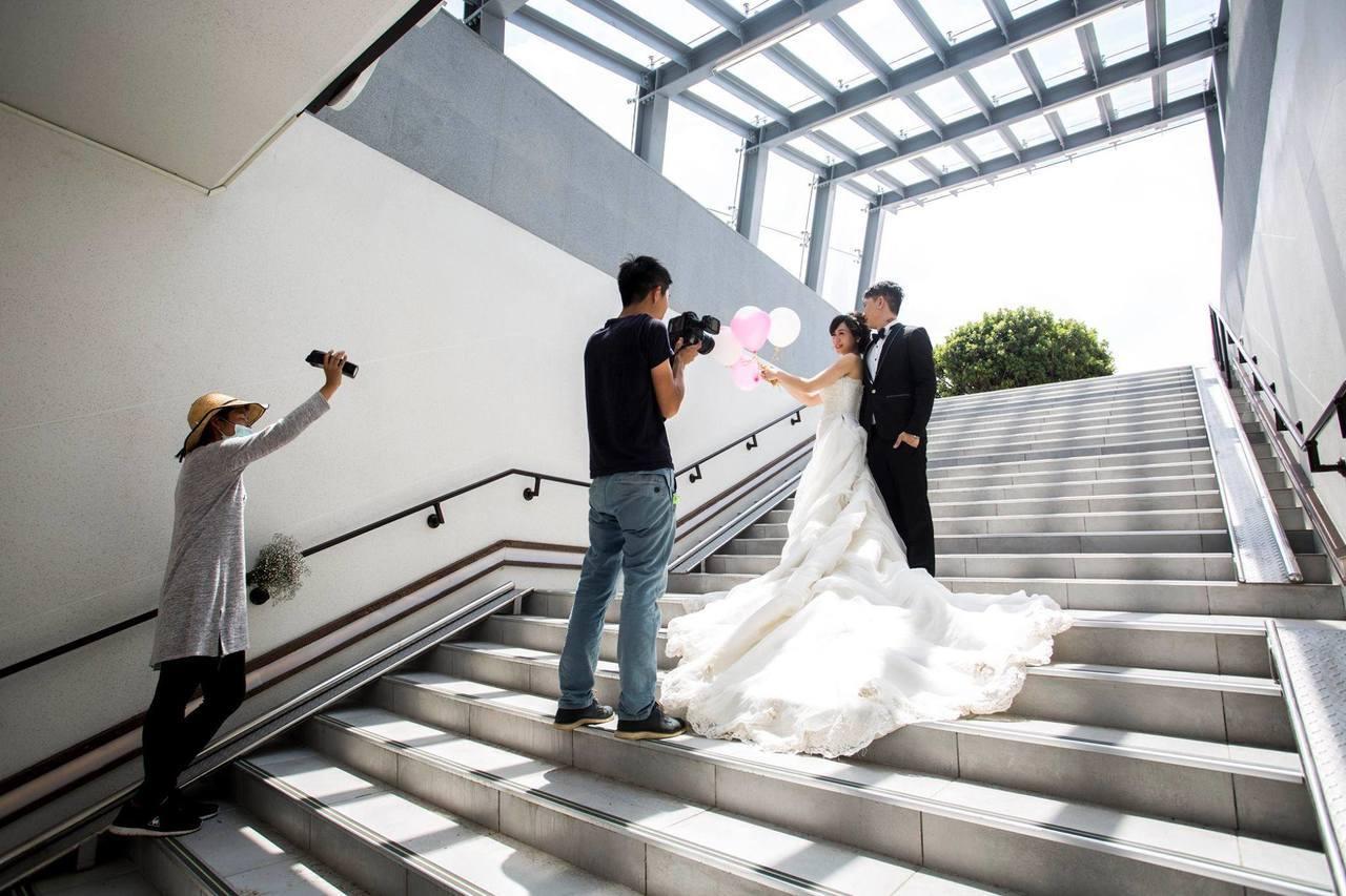 新竹市前後站地下道,設計前衛,美到成為拍婚紗新首選。圖/新竹市政府提供