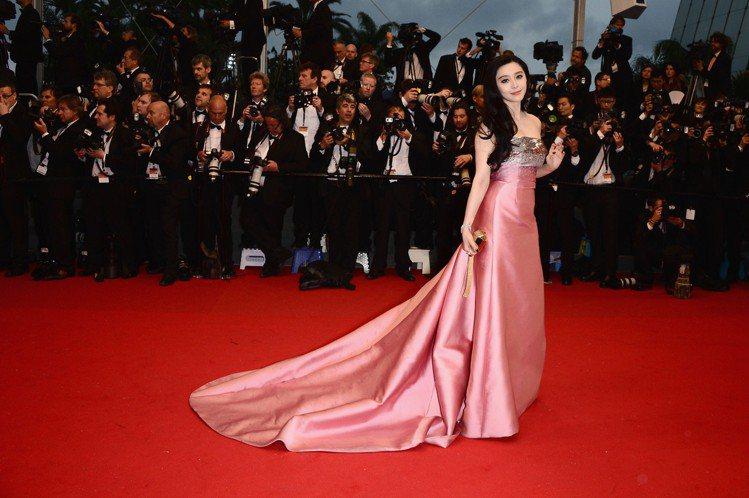 2013年,范冰冰成了LV廣告中首位華人女星,她於坎城影展的造型風格也正是在那一...