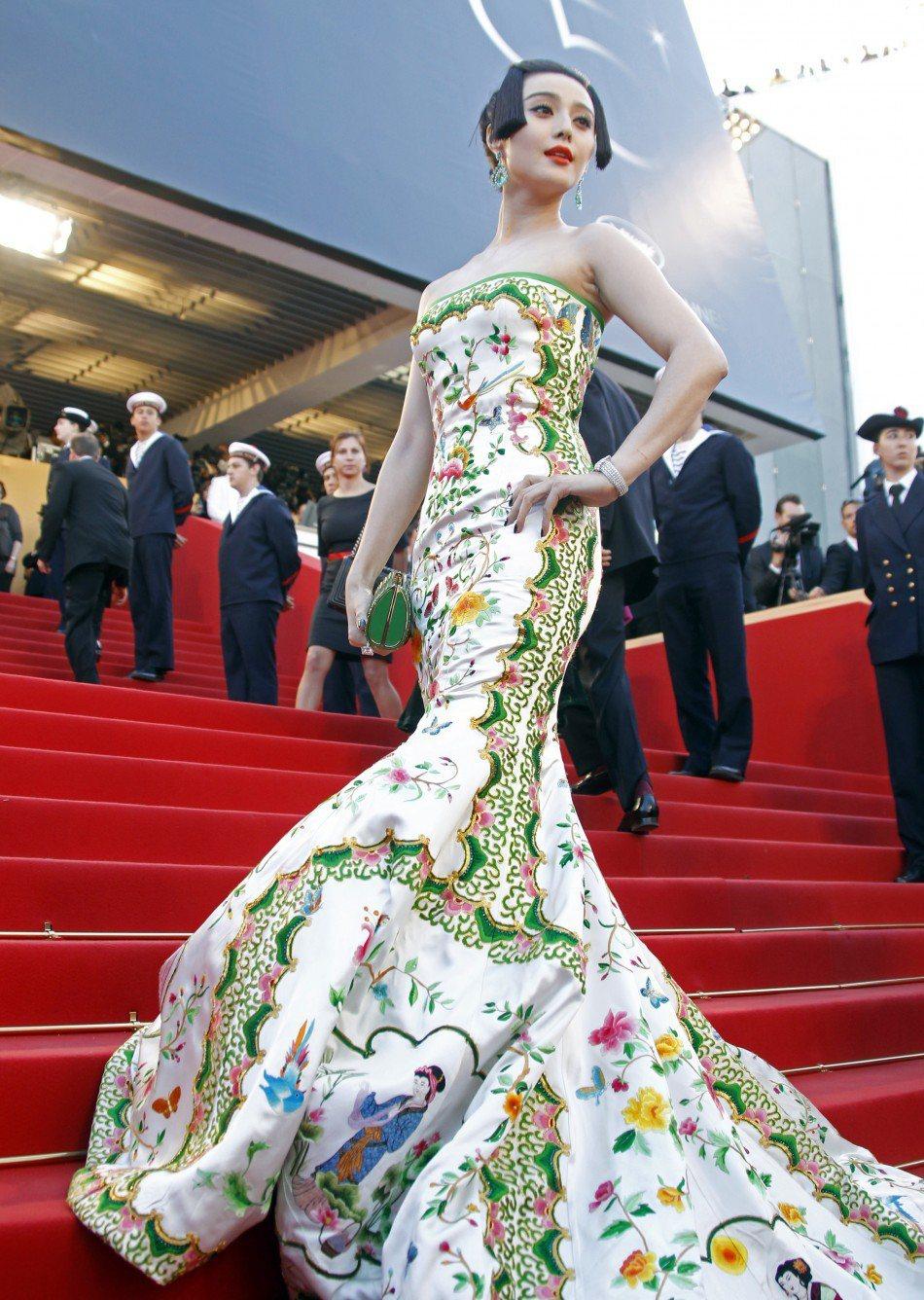 2012年,范冰冰在坎城紅毯上穿卜柯文設計的「瓷器」裝,這件靈感來自清朝瓷器的禮...