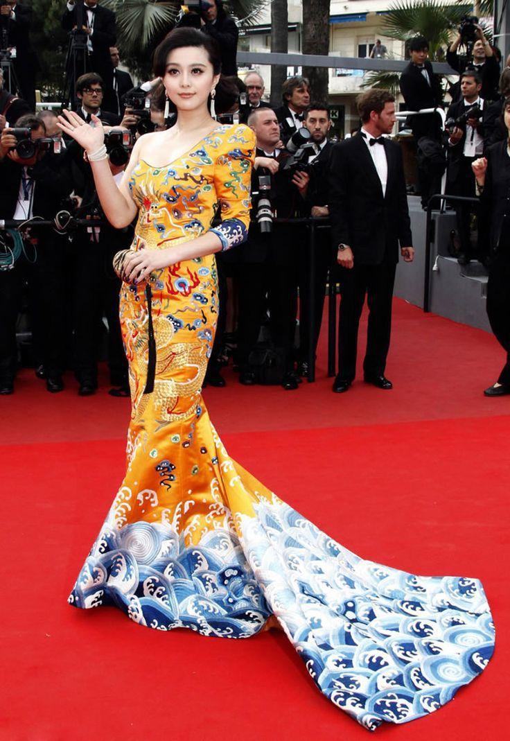 2010年是范冰冰第一次踏上坎城影展紅毯,她穿上大陸設計師卜柯文設計的龍袍禮服自...