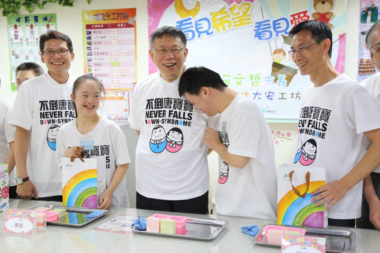 台北市長柯文哲來看唐寶寶,身邊的唐氏症寶寶對柯P雙手攬牢牢。記者魏莨伊/攝影