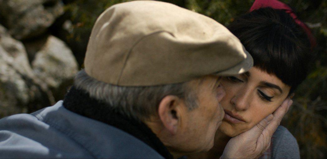 「天后開麥拉」中潘妮洛普克魯茲見到舊情人,慾火開始燃燒。圖/威視提供