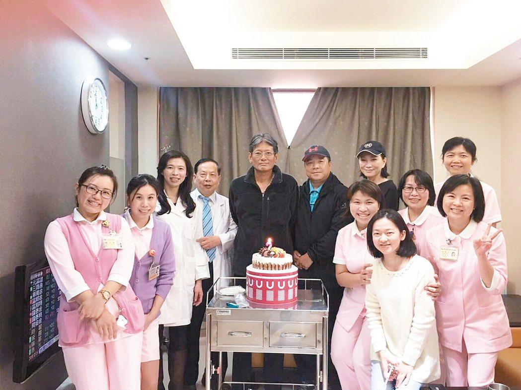 郭泰源(左五)出院時和主治醫師許金川(左四)及醫護人員合影。 圖/肝基會提供