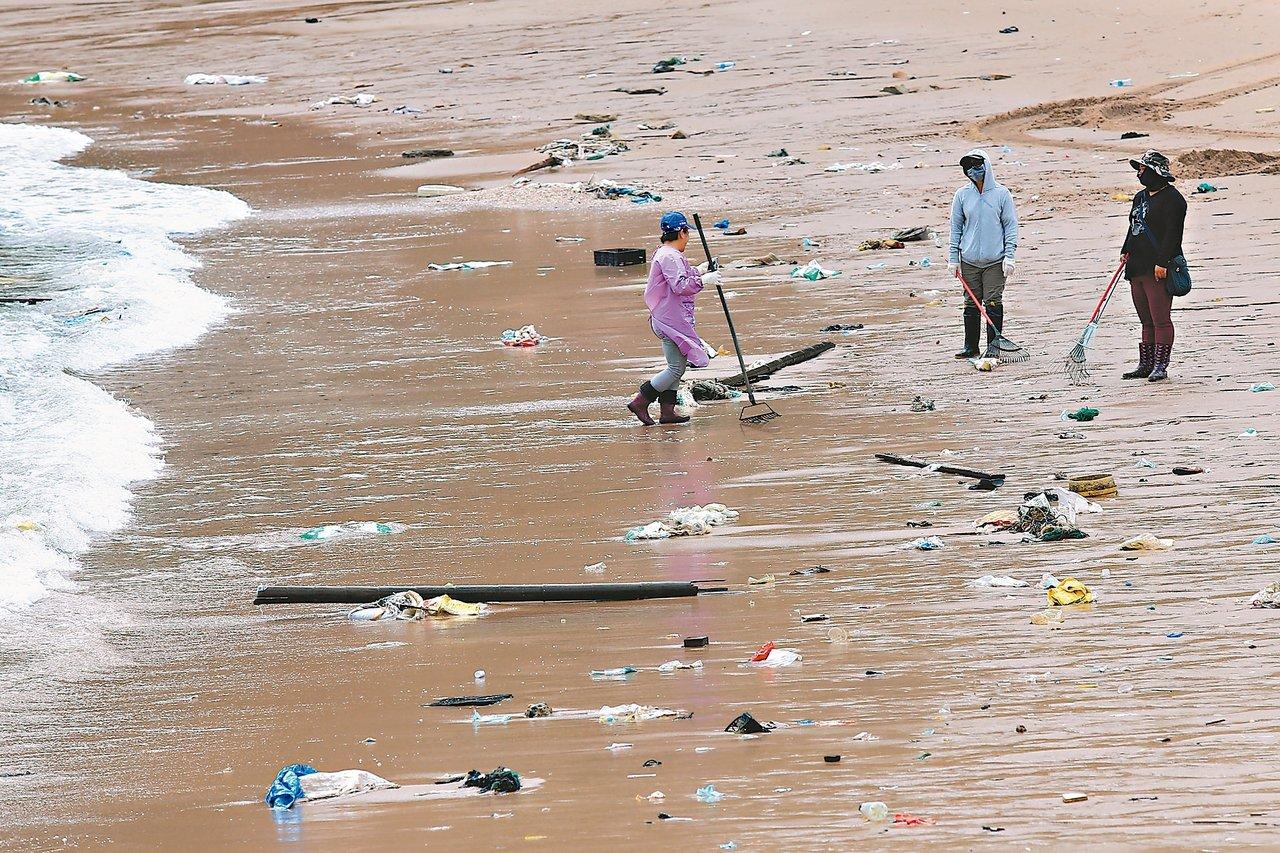 聯合報系願景工程「海洋危機」專題,引發各界回響。環保署宣布三個月內啟動「海岸環境...